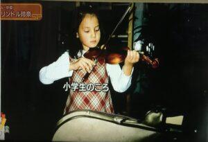 トリンドル玲奈がバイオリンを演奏している画像