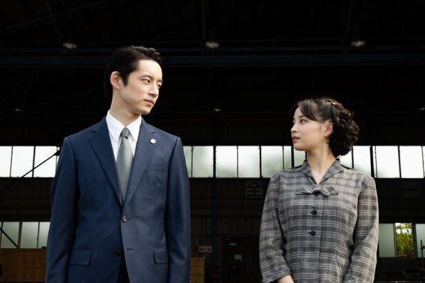 坂口健太郎と広瀬すずの身長差画像